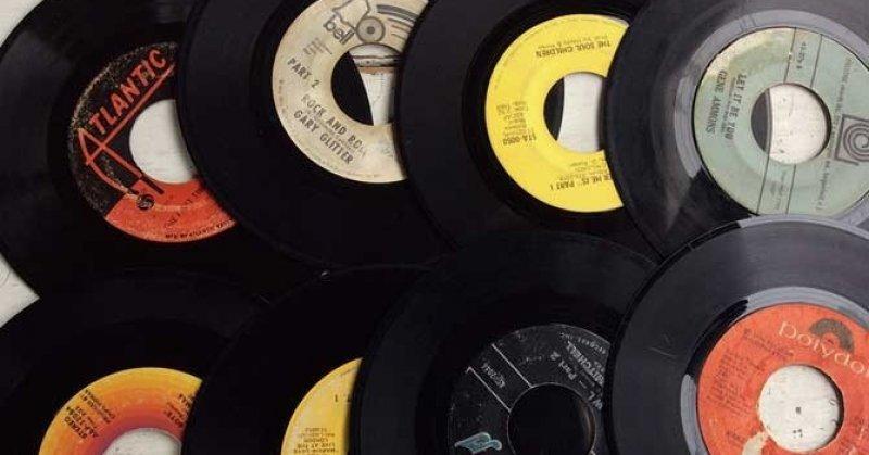 六畳一間の小さなレコード店。 約7,000枚の中からお気に入りを発掘して!(2019.11.04) | MOJA RECORDS